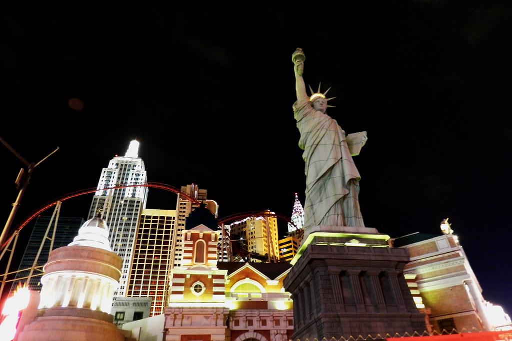 Hotel New York exterior de noche Las Vegas Nevada EEUU 06