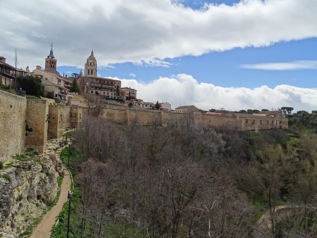 Segovia Muralla lado oriental ronda de Don Juan II y Catedral 11