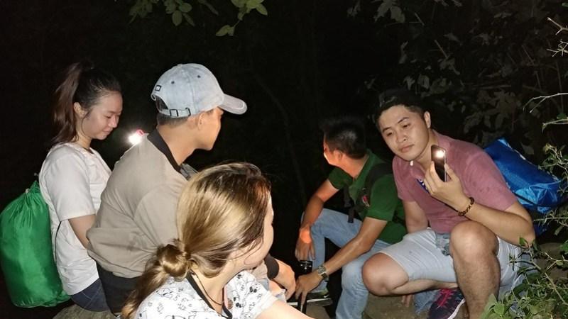 Nhóm Gold Link quyết định leo núi vào ban đêm