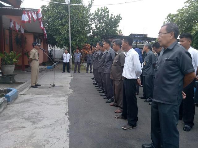 Mundiyar ketika menjadi pemimpin apel pagi KPU Tulungagung (4/9)