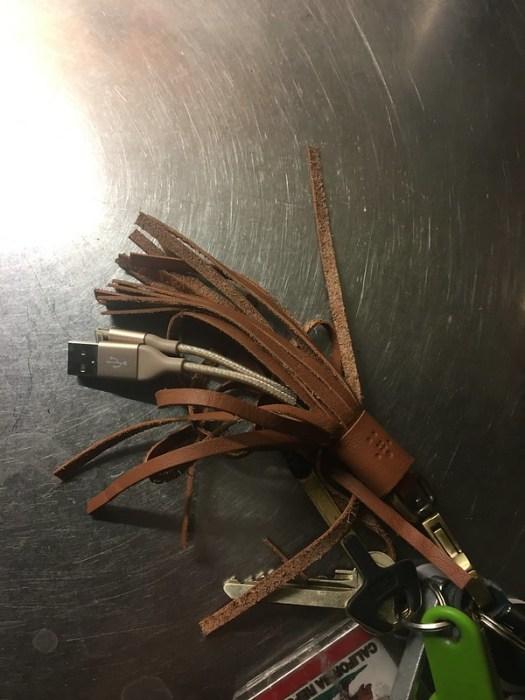 Lädertofsnyckelring med lightningkabel