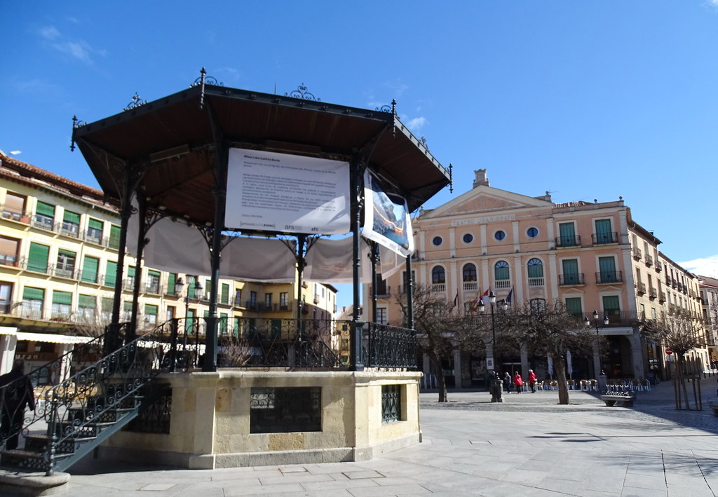 Segovia Teatro Juan Bravo y templete Plaza Mayor 02