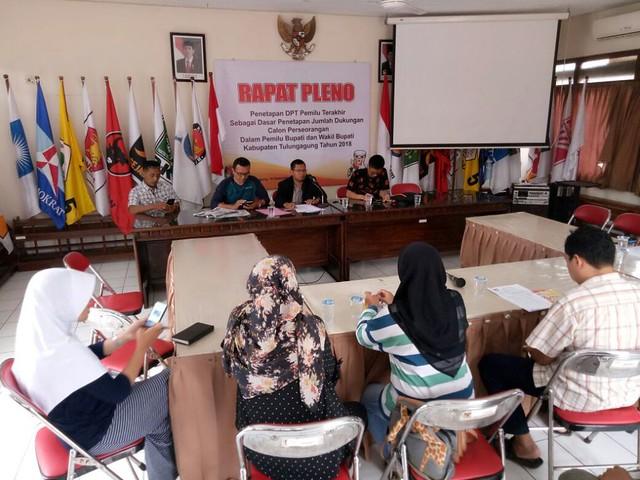 Suprihno memimpin rapat pleno penetapan DPT untuk calon perseorangan yang berlangsung di Ruang Media Center Kantor KPU Tulungagung (10/09)