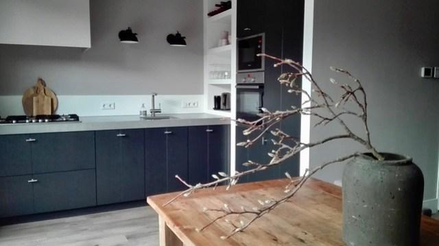 Zwarte keuken strak landelijk