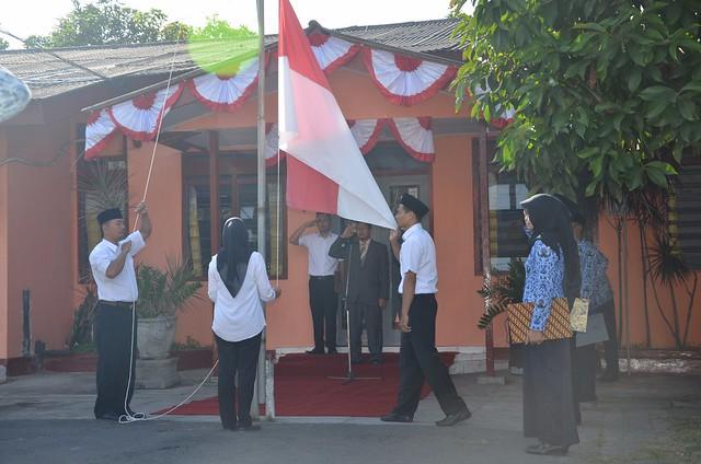 Suasana upacara peringatan HUT Republik Indonesia ke-72 di halaman KPU Tulungagung (17/8)