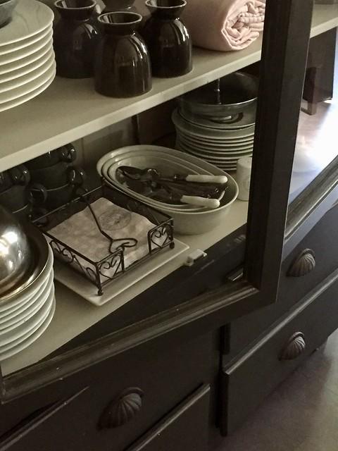 Vitrinekast met serviesgoed