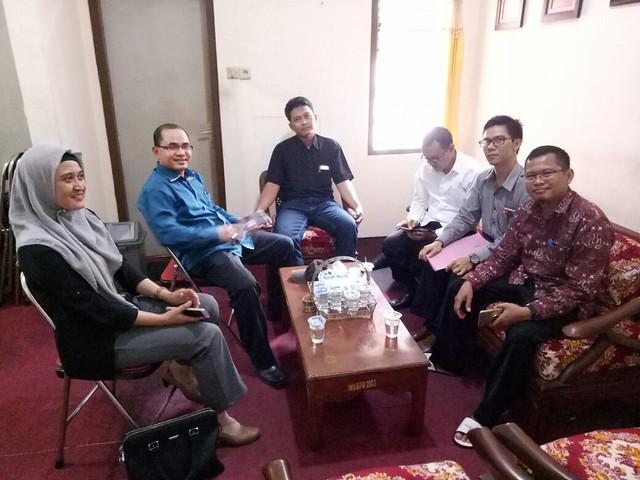 PERTEMUAN AWAL: Komisioner KPU dan Panwaslih Tulungagung saat pertemuan perdana di kantor KPU Tulungagung