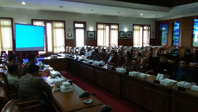 Suasana Rapat Pemaparan Penggunaan Dana Hibah Pilkada oleh KPU Tulungagung, Panwaslu kepada DPRD Tulungagung di Graha Wicaksana (6/9)
