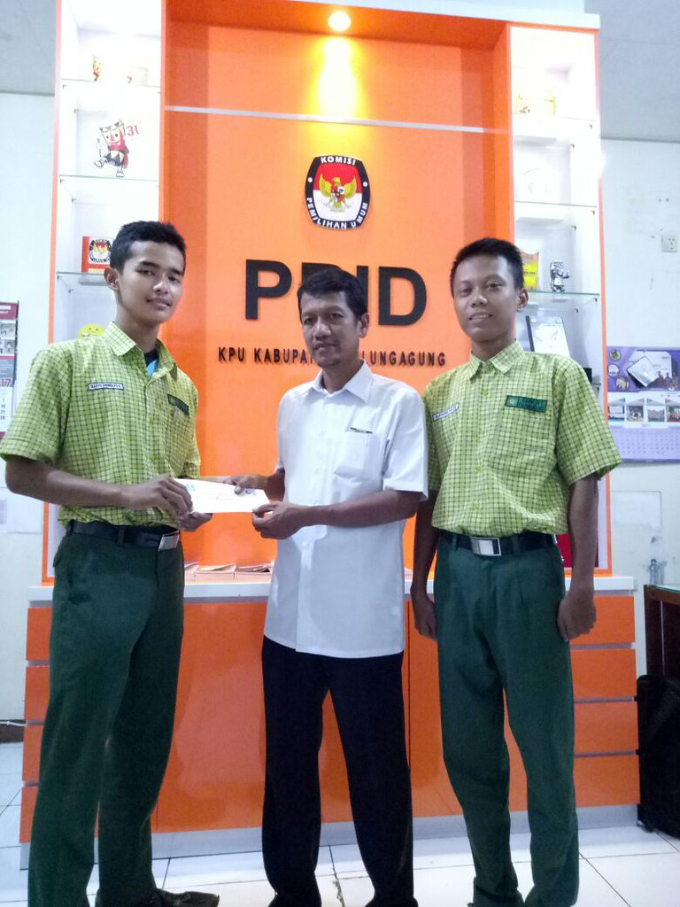 Siswa SMKN 1 Tulungagung mengirim surat permohonan peminjaman Bilik dan Kotak Suara ke KPU Tulungagung (30/9)