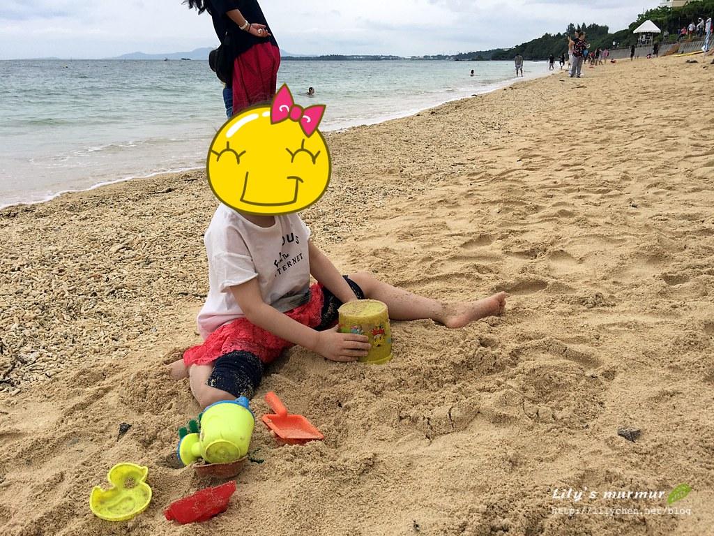 小妮開心玩沙~