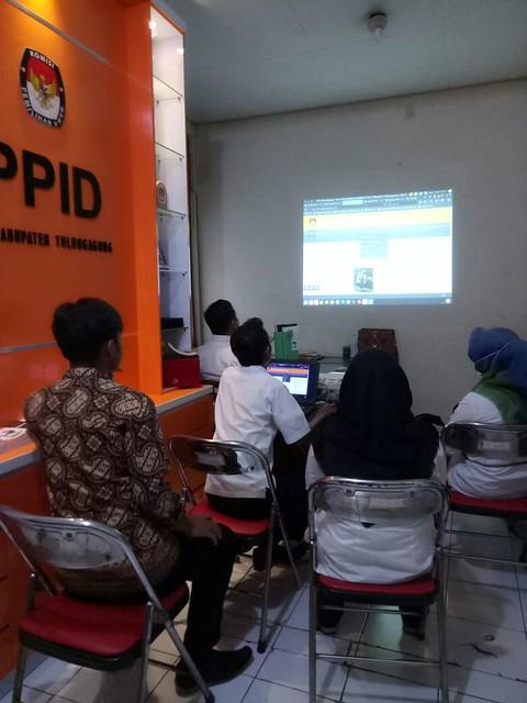Suasana pelatihan pengoperasian website bagi tenaga pendukung. (5/9)