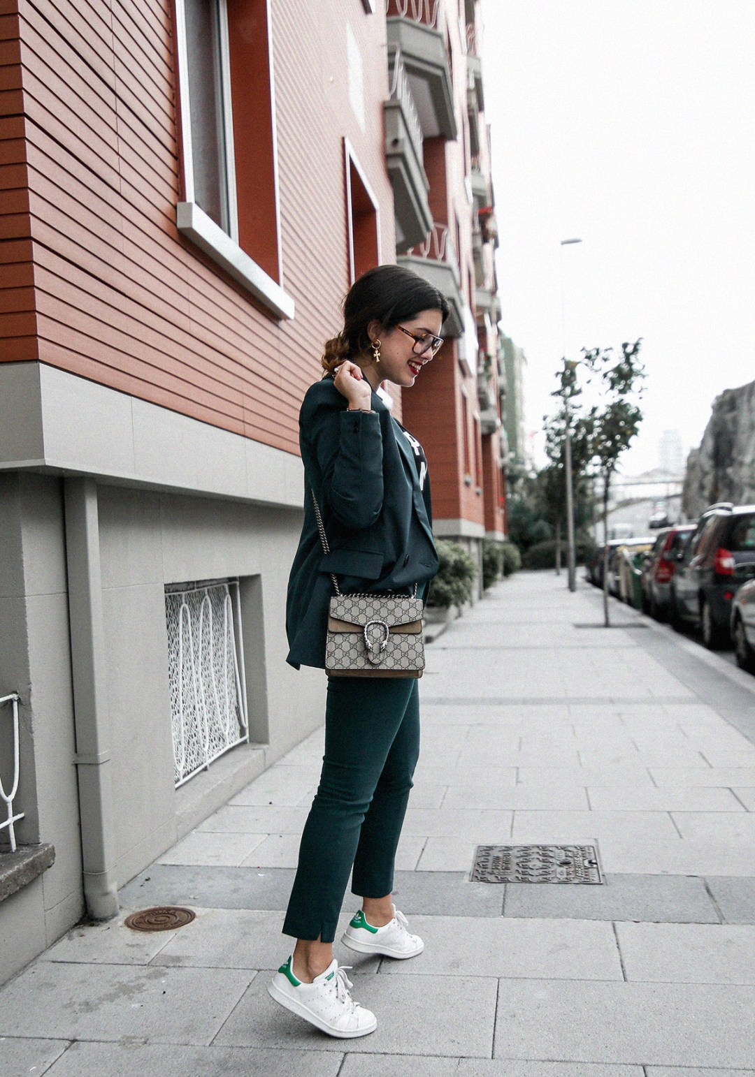 como-combinar-traje-verde-deportivas-stan-smith-adidas5
