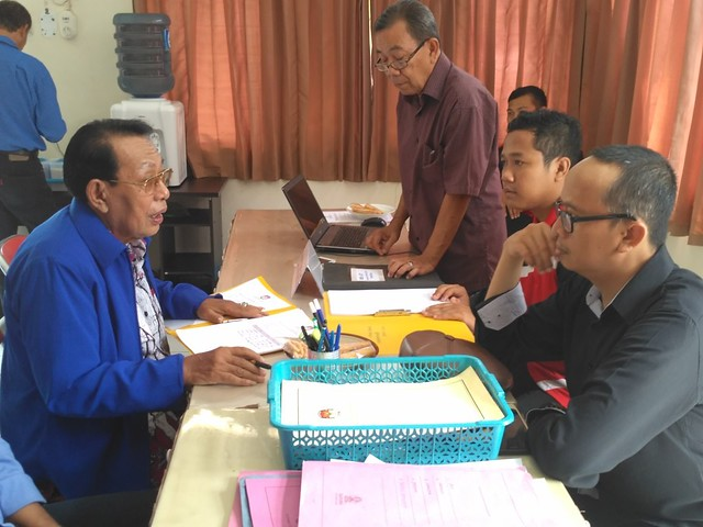 Achmad Djadi saat menyerahkan berkas pendaftaran Partai Nasdem di kantor KPU Tulungagung, Jumat (13/10).