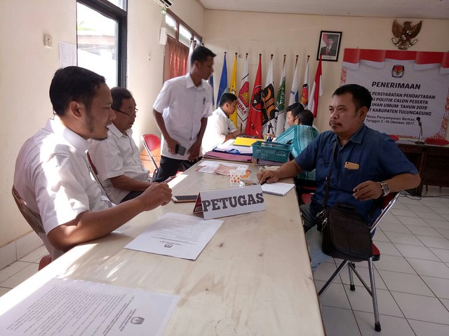 Sekretaris DPC Demokrat Sutomo mendatangi media center KPU (12/10)