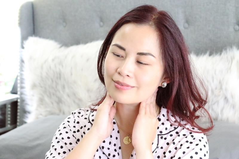 apply-face-moisturizer-neck-7