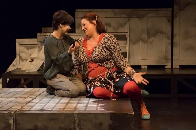 Irene Alquézar actuando en Caídos del cielo, de Teatro Luna de Arena de Zaragoza y Teatro del Alma de Madrid.