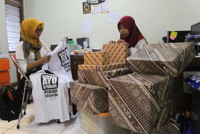 Tenaga Pendukung KPU sedang mempersiapkan hadiah jalan sehat (24/10)