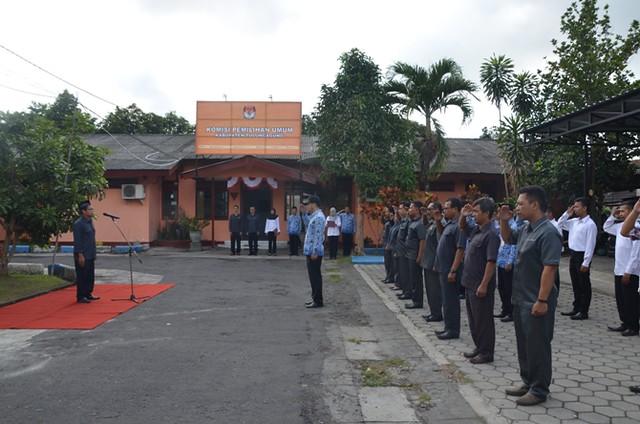 Ketua KPU Tulungagung Suprihno menjadi inspektur upacara pada hari Kesaktian Pancasila, di halaman Kantor KPU Tulungagung (2/10).