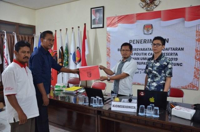 Suprihno menerima berkas persyaratan pendaftaran dari DPD PKPI Tulungagung, Senin (16/10)
