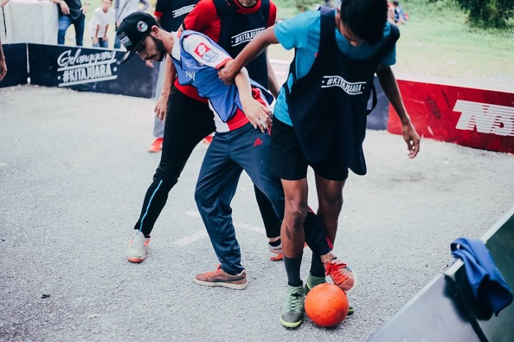Para peminat mengambil bahagian dalam perlawanan Street Soccer 3 lawan 3 Kita Juara