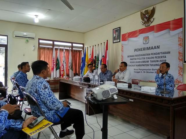 Suyitno Arman saat memimpin rapat koordinasi dengan sekcam se Tulungagung di Media Center KPU Tuungagung (17/10)
