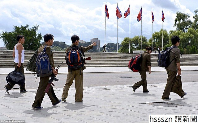 4599ED9500000578-5008967-Directions_Off_duty_military_personnel_are_pictured_wandering_ar-a-6_1508780577124_960_598