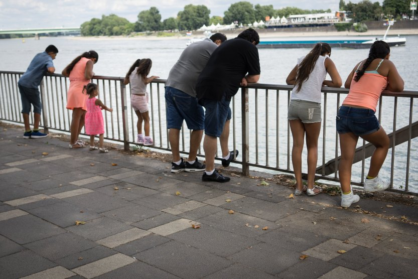 Familie, die auf Wasser starrt. / The family who stares at water.
