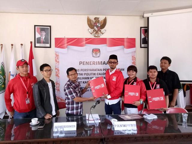Partai Solidaritas Indonesia (PSI) Tulungagung serahkan berkas pendaftaran parpol ke KPU Tulungagung (15/10)