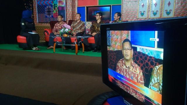 Suprihno, M.Pd. memaparkan tahapan untuk kesuksesan pelaksanaan Pilkada Tulungagung 2018 ditengah acara talk show di Dhoho TV (26/10)