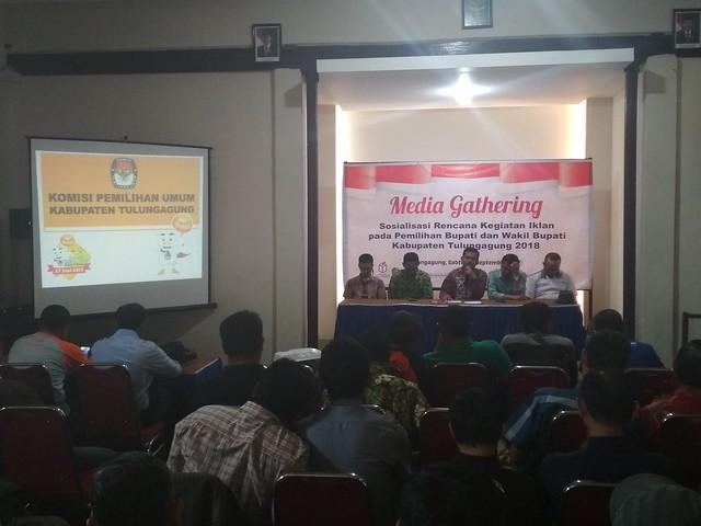 Ketua KPU Tulungagung Suprihno membuka dan memberi penjelasan terkait iklan di depan para jurnalis di Tulungagung (30/9)