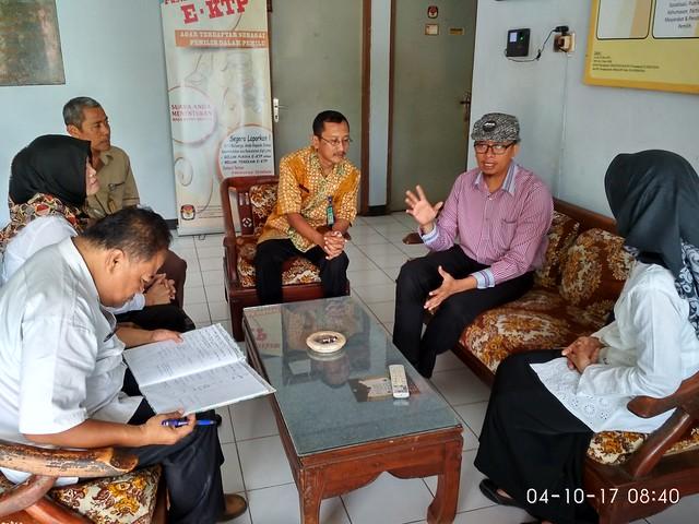 Camat Tulungagung Puji Astuti berkoordinasi dengan KPU Tulungagung terkait jumlah TPS ditemui anggota Komisioner KPU Viktor Febrihandoko (memakai topi) di Kantor KPU Tulungagung (4/10)
