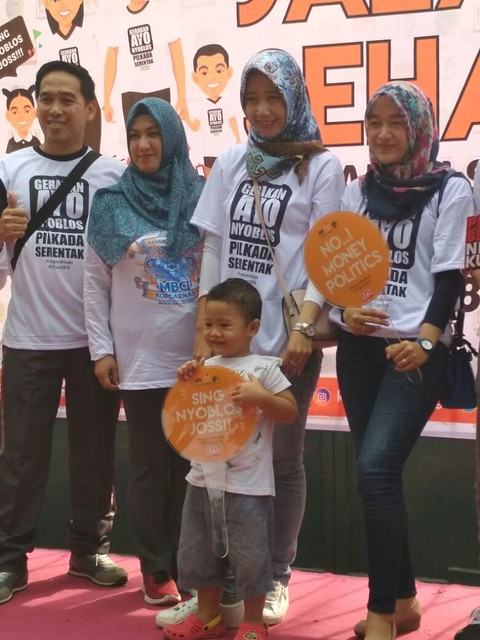 Peserta lainnya juga ikut menunjukkan kebolehan mereka bergaya di lokasi photo booth gelaran Jalan Sehat Gerakan Sadar Pilkada Serentak 2018, Minggu (29/10)