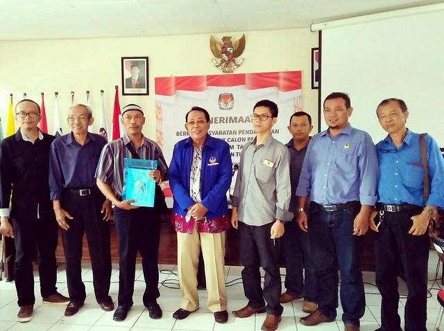 Paratai Nasdem serahkan berkas pendaftaran parpol pemilu 2019 ke KPU Tulungagung (16/10)