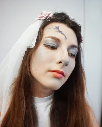 """... blue eye shadow. I ended with a white powder (which is actually """"Maizena"""" cornstarch, I didn't have an actual white powder), to get the """" corpse look"""" !"""