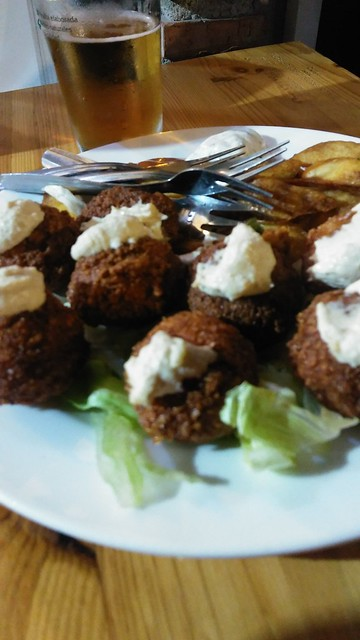 Falafel con pegotones de hummus en El Origen