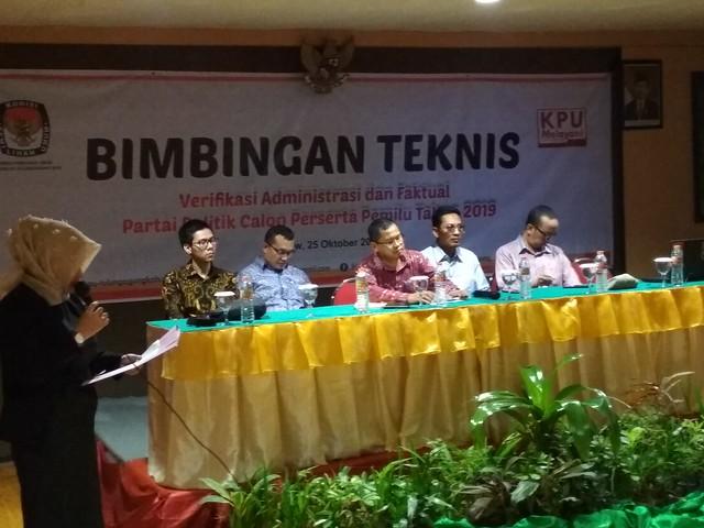 Komisi Pemilihan Umum (KPU) Tulungagung menggelar Bimbingan Teknis (Bimtek) verifikasi administrasi dan faktual partai politik (parpol) calon peserta Pemilu 2019 (26/10)