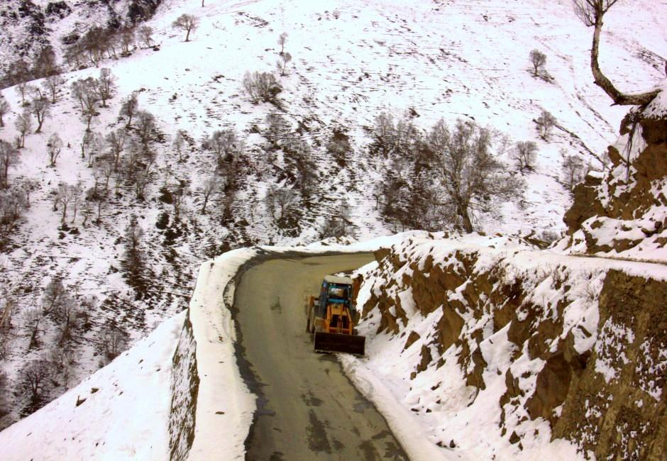 Roads to gurez gets closed due to snow