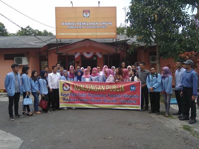 Mahasiswa fakultas ekonomi UNITA foto bersama komisioner KPU Tulungagung selepas kunjungan publik RPP
