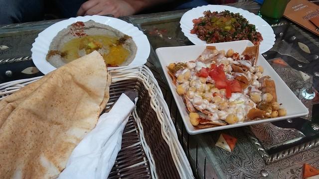 Taboulé, hummus, fateh y pan de pita en el Palmira