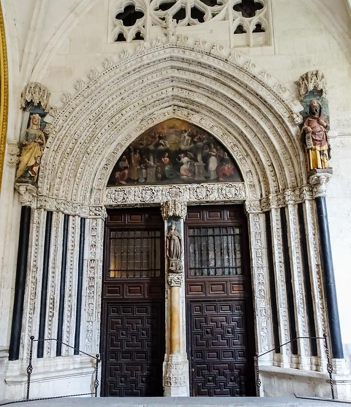 Puerta de Santa Catalina gotica desde el claustro Catedral de Toledo 01