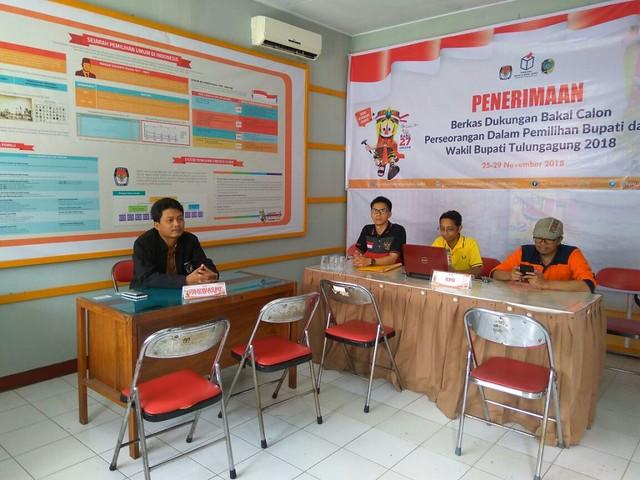 Ketua Panwaslu Tulungagung, Endro Sunarko (mengenakan jaket hitam), ikut hadir di kantor KPU Tulungagung bersama komisioner KPU Tulungagung dan staf sekretariat KPU Tulungagung menunggu balon perseorangan yang akan menyerahkan berkas dukungan, Sabtu (25/11)