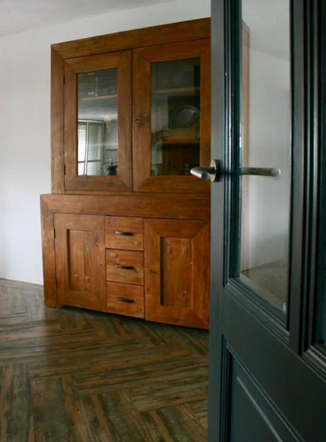 Bruine klassieke kast woonkamer parket