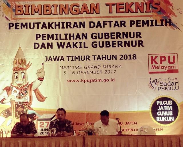 Anggota Komisioner KPU Jatim yang juga sebagai koordinator Devisi Perencanaan dan Data Choirul Anam saat memberikan materi pada Bimtek Pemutakhiran Data Pemilih di Mercure Grand Mirama (5/12)