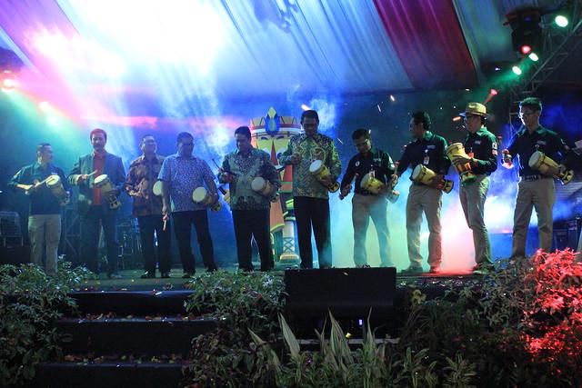 Komisioner KPU Tulungagung bersama Forpimda Tulungagung dan Ketua KPU Jatim dalam Launching Tahapan Pilkada Tulungagung 2018 (18/11)
