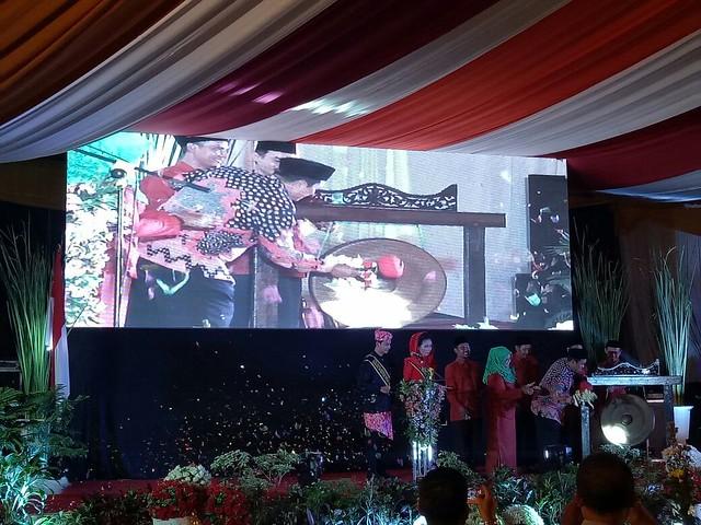 Ketua KPU Jatim Eko Sasmito saat memukul gong tanda dimulainya tahapan Pilwali Kota Mojokerto kemarin (30/11)