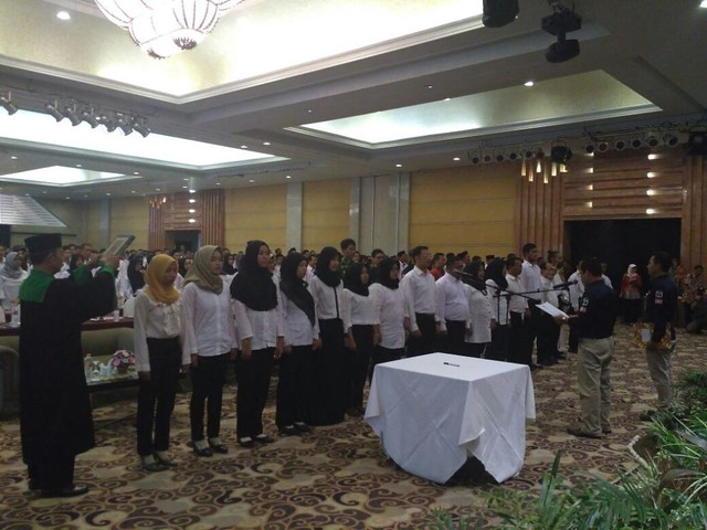 Seluruh anggota PPS yang dilantik mengucapkan sumpah janji yang dipandu oleh Suprihno, Kamis (23/11)