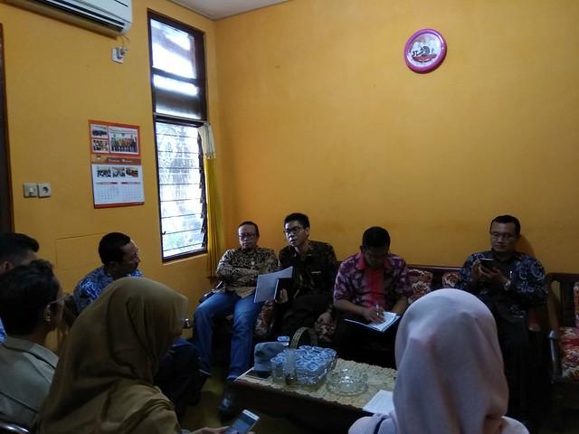 Suasana rapat KPU Tulungagung dalam mempersiapakan penyerahan berkas persyaratan bakal calon Bupati dan Wakil Bupati Tulungagung perseorangan (29/11)