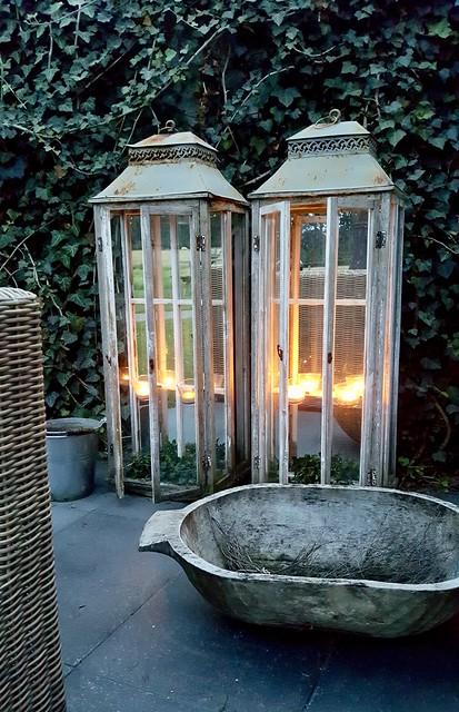Hoge windlichten buiten tuin