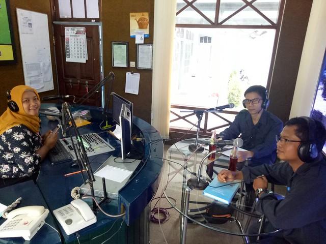 Ketua KPU Tulungagung Suprihno dan Anggota KPU Tulungagung Agus Safei saat menjadi narasumber dalam acara di Radio Perkasa FM (04/12)