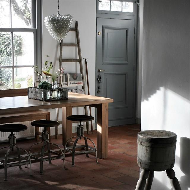 Keukentafel met industriële krukken